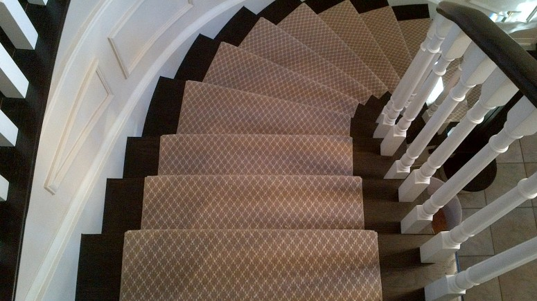 Stair runner for curved stairs